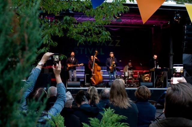 Dalindéo esiintyi Koulun pihalla perjantaina 19.8. (kuva: Pia Jalkanen)