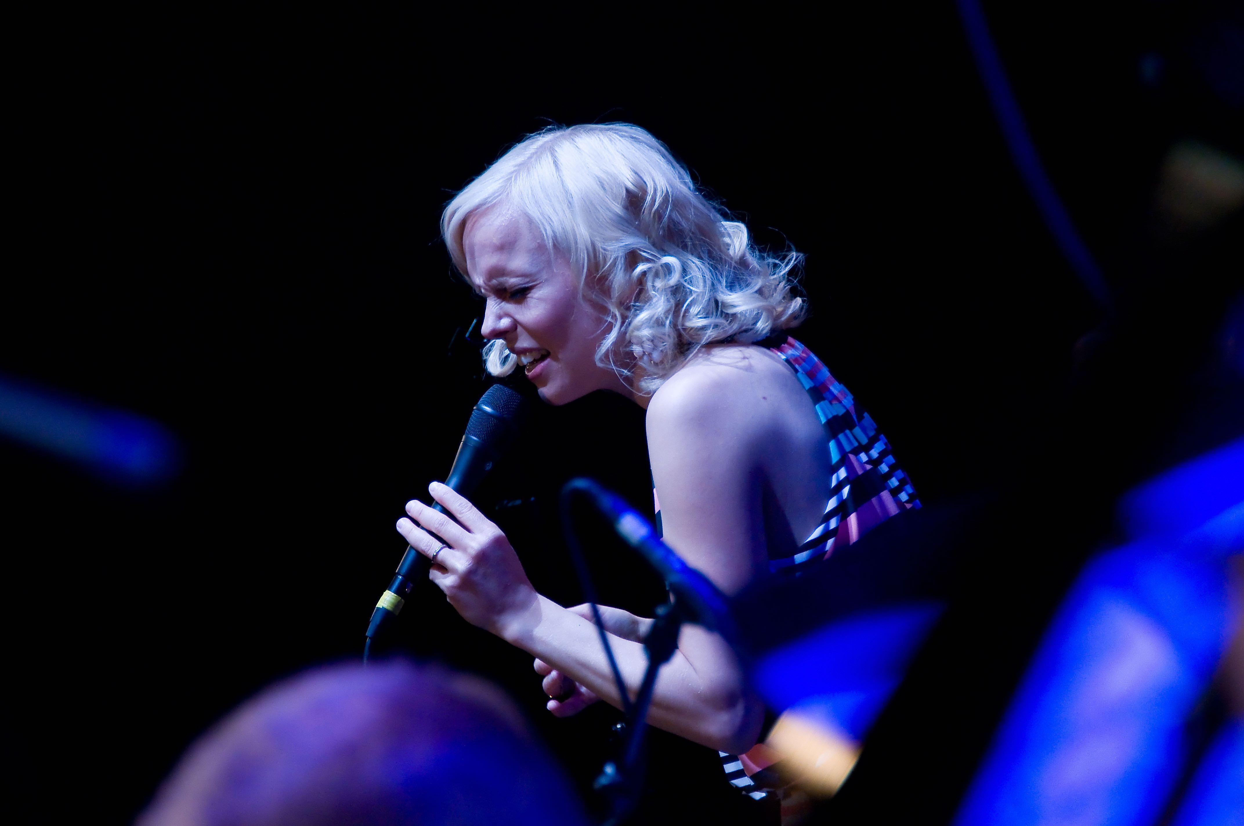 Aili Ikonen esiintyi loppuunmyydyssä Dominossa 21.5. (kuva Pia Jalkanen)