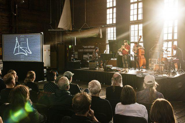 Verneri Pohjola Quartet esiintyi Archipelago Sea Jazzin lanseeraustilaisuudessa Ruissalon Telakalla. Kuva: Lennart Holmberg.